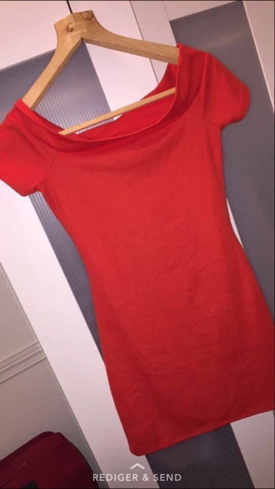 Str xs og er fra Zara! Nydelig kjole med fin passform :)