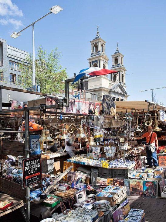 Der Name Waterlooplein steht für den wohl bekanntesten Flohmarkt der Stadt. Der Markt hat Tradition, seine Geschichte geht bis ins 19. Jahrhundert zurück. Die Besucher stöbern zwischen Kunst und Kitsch, zwischen Neu und Gebraucht, zwischen Modern und Altmodisch nach Schnäppchen. Die Preise sind nicht festgelegt, Handeln ist erlaubt. Der Flohmarkt teilt sich den Platz mit dem Stopera, einem Gebäudekomplex, in dem das Rathaus mit dem Amsterdamer Pegel und ein Musiktheater untergebracht sind.