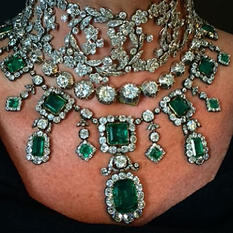 Close-up, before somebody asks!! Magnificent jewels at Christie's just get better and better!! @christiesjewels #ChristiesInc #antiquejewellery #emeralds #diamonds #diamondchoker #diamondjewellery