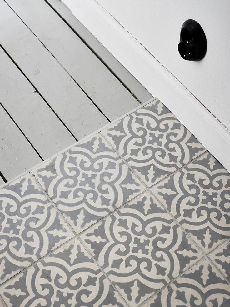 Nydelig kombinasjon med tregulv og fliser i snøkrystallmønster. Spør etter flisen Porto!