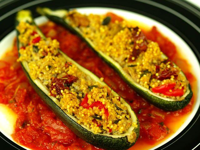 Cukinia faszerowana kaszą jaglaną w sosie pomidorowym