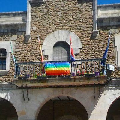 Desordenaré las lluvias.: Hoyos no atina ni con la Bandera Gay