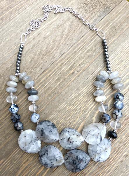 Czarny, biały i szary ze srebrnym naszyjnikiem.  Masywny naszyjnik kamień i srebrna metalowa.  - - McKee Jewelry Designs - 2