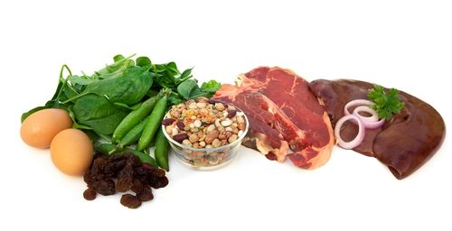 O consumo de alimentos ricos em ferro, como as carnes vermelhas ou o pão de cevada, por exemplo, podem ajudar a curar a anemia quando ela é causada...