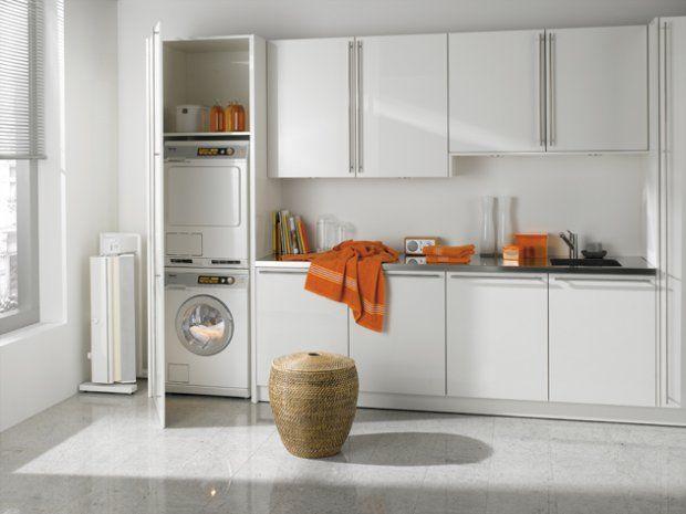 Pralka /// Wysoka szafka na pralkę i suszarkę ustawioną w słupku zabudowy kuchennej może być symetrycznym odbiciem szafki, w której zabudujemy lodówkę z zamrażarką. Taki zabieg ułatwi osiową kompozycję mebli kuchennych.