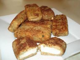 TOFU FRITO    Ingredientes:   500 gramos de tofu fresco   cien gramos de harina de arroz   2 cucharaditas de cilantro molido   1 cucharadita de cardamomo molido   1 diente de ajo   125 ml. de agua   Aceite para freír (recomiendo aceite de oliva)