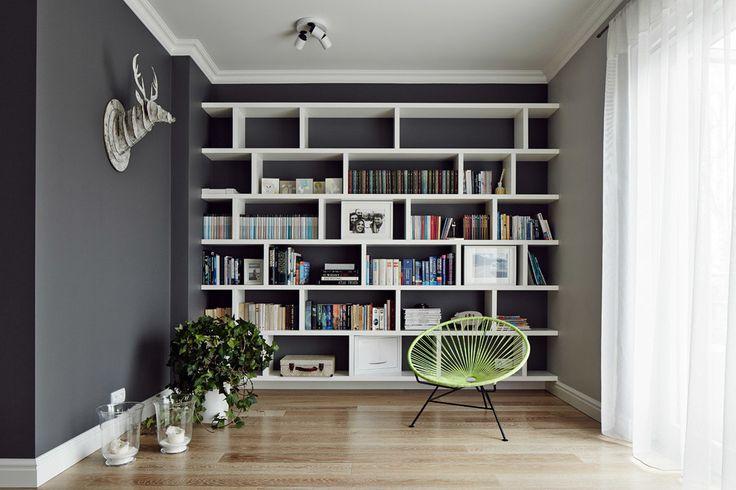 Kącik do czytania, regał na książki, szara ściana. Zobacz więcej na: https://www.homify.pl/katalogi-inspiracji/29255/szare-sciany-5-interesujacych-przykladow