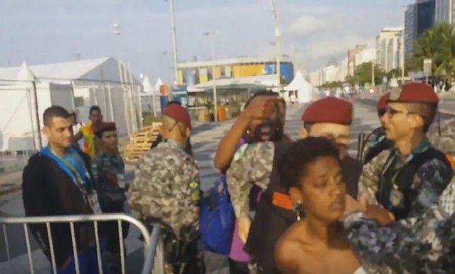 Mulher é detida pela Força Nacional em frente à Arena de Copacabana
