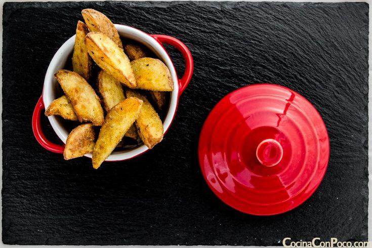 Hoy os dejo la receta de patatas deluxe caseras, son ideales para acompañar carnes, pescados, hamburguesas, salchichas, en resumen una receta fácil y original para acompañar las cenas viendo el mun…