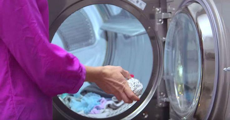 Ze doet een aluminium bal bij de was in de droger! Waarom? Dit is magnifiek!
