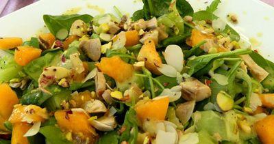 Πράσινη σαλάτα με ξηρούς καρπούς και ροδάκινα