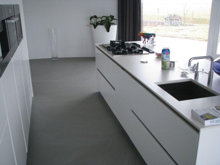 Motion Gietvloer - Toch wel mooi zo'n wit aanrecht blad?! En bij onze keuken zit die grijze greeploze rand eromheen. Zou alsnog wel kunnen denk ik...