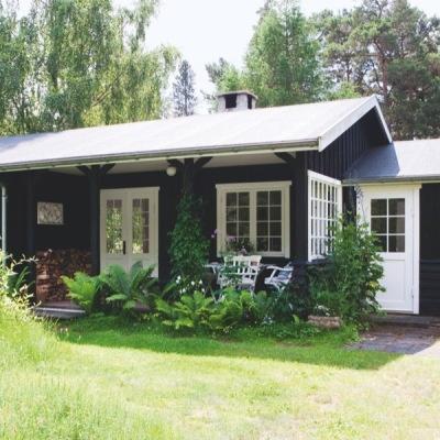 Kom med ind i designeren Ditte Fischers sommerhus, der oser af dansk sommer, når det er allerbedst #cottage #denmark
