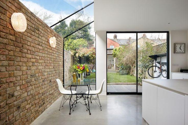 agrandir sa maison en briques : projet d'extension et jardin avec baie vitrée