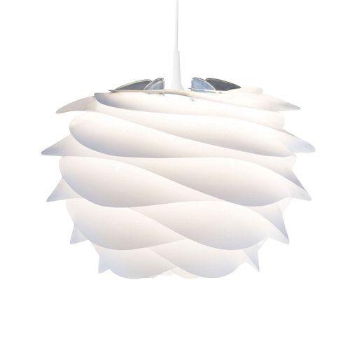 <em>Innbydende lampeskjerm med design som trekker tankene mot blomster og bølger!</em>  Carmina er en fleksibel og svært dekorativ lampeskjerm fra Vita som måler 45 cm i diameter og 45 cm i høyden. Lampeskjermen vil kunne brukes i de fleste rom og gir et meget behagelig, blende-fritt lys. Bruk den til å piffe opp stilen hjemme, i restauranten eller på hotellet. Du kan også montere lampeskjermen på en fot og anvende den som en bord- eller gulvlampe!  Lampeskjermen kommer i en elegant, tynn…