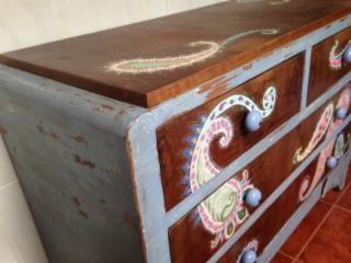 Cómoda de nogal pintada a mano . Los laterales pintados con técnica de Craquelado y barnizados. Frontal y encimera pintado... - 21556290 - Muebles, Deco y Jardín