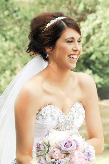 Eine Brautfrisur mit Haarband, Diadem oder Schleier? Es gibt viele Möglichkeiten an hübschen Haaraccessoires, die die Braut noch mehr strahlen lassen!...Ideen findet ihr in unserer Bildergalerie. I© JDHowell Photography
