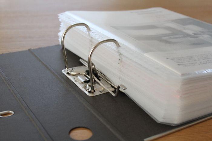 普段はほとんど使うことのない住宅設備の説明書や書類などは、細かく分けるよりも1冊にすっきりとまとめておきたいものです。そんな時に便利なのが2リングファイルとクリアポケットです。