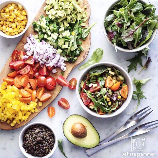 ouchigohan.jp 2017/02/20 20:56:02 delicious photo by @yokohyn  みなさん、野菜食べてますか?🥕🍅🥑🍴 代わり映えのないサラダだと食べる気が起きなかったりしますよねー😭 そんなあなたに朗報♪📣💁♂️ 最近、おうちごはんで大人気のチョップドサラダは見た目も鮮やかで、まさにフォトジェニック📷✨色鮮やかで印象的ですよね📺☝︎ @yokohyn さんのように野菜を種類別で分け、グラデーションのようにすると素敵ですよね🌈😊♬ 今流行り始めているチョップドサラダ、ぜひ作ってみてください🥗💁 -------------------------- ◆インスタグラムの食トレンドを発信する、食卓アレンジメディア「おうちごはん」も更新中 プロフィール欄のリンクから見れますよ https://ouchi-gohan.jp/ -------------------------- ◆このアカウントではインスタグラマーさんの素敵なPicをご紹介しています。 ハッシュタグ #LIN_stagrammer…
