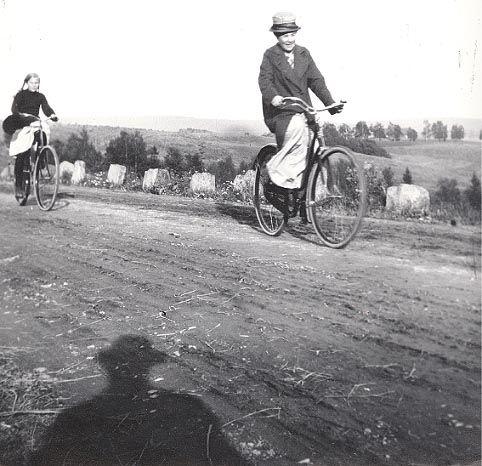 Sykkeltur nedover Trondheimsveien ved Veitvet rundt 1920. Cycling, Norway 1920.
