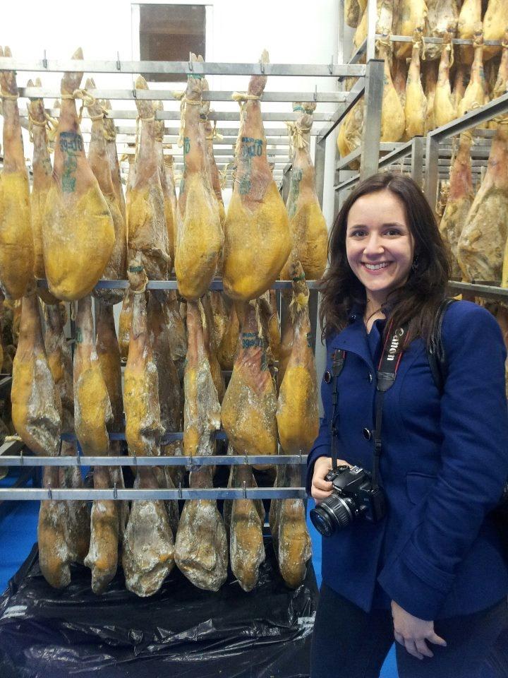 """Lauren, la invitada estadounidense del #ruraltrip, posa en el secadero de Maskarada. Imposible un """"souvenir"""" más atractivo. FUENTE: SPANISH SABORES > Facebook https://www.facebook.com/spanishsabores - Twitter https://twitter.com/spanishsabores - Web http://spanishsabores.com/"""