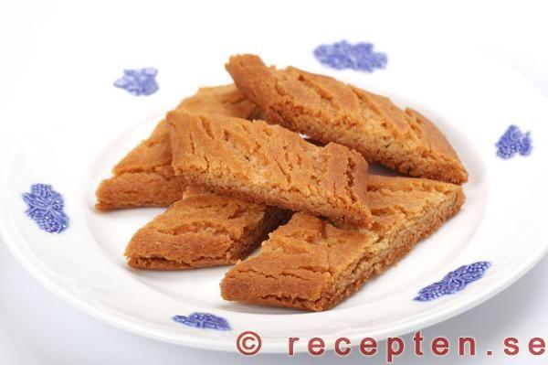 Ett recept på klassiska sirapskakor även kallade kolakakor. Enkla och goda kakor som du bakar snabbt och rationellt!