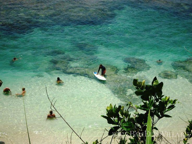 Бали занимает первое место среди других островов и стран, где серфинг является самым популярным видом активного отдыха. Всегда хорошая погода, теплая вода, большой выбор специальных принадлежностей и уникальная география – то, что привлекает серферов со всего мира, включая США, Австралию и Европу.  Пляж Кута - идеальное место для обучению серфинга, а для профессионалов Бали предлагает полуостров Букит, где серферы могут насладиться волнами и посоревноваться друг с другом.