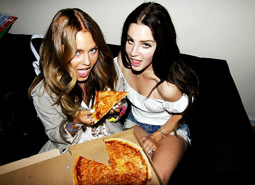 Lana Del Rey eating pizza with Angelica Blick backstage at Bråvalla