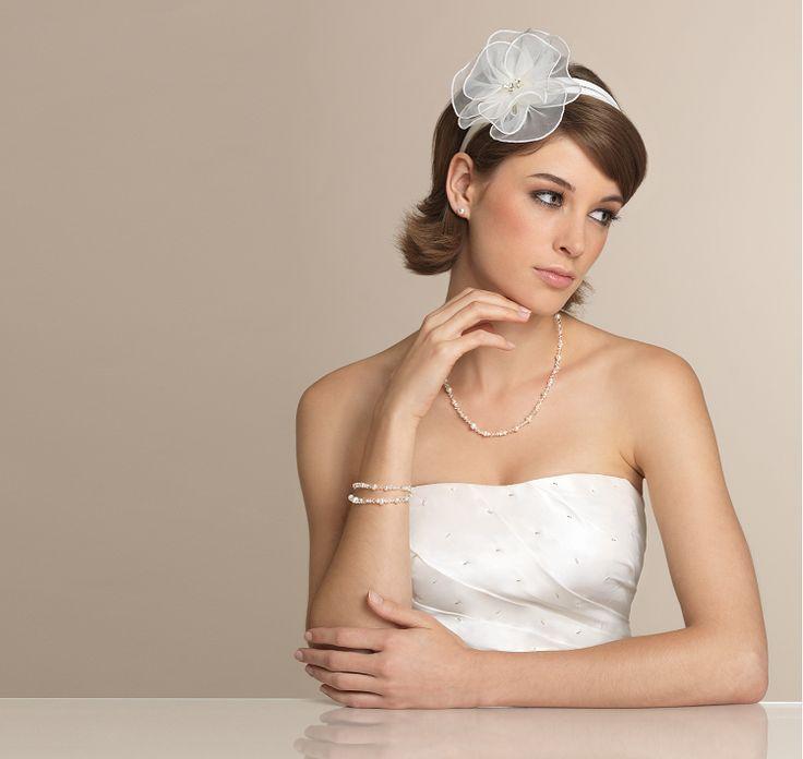 Eine Vintage-Hochzeit lässt sich toll umsetzen. Brautpaar und Gäste erscheinen im Vintagelook,Dekoration kann auf Dachböden und Flohmärkten gefunden werden.