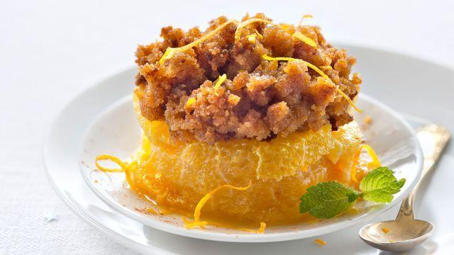 Crumble express d'orange fraîche au pain d'épices grillé. On délaisse le crumble aux pommes un instant pour un crumble express d'orange au pain d'épices.