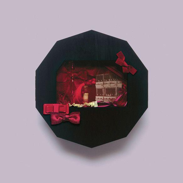 「霧とリボン」主宰、ミストレス・ノールのオブジェ作品《宝石の遺香──ルビー》(2011年)です。ジョージ・バランシン振付のバレエ《ジュエルズ》の舞台から夢想し...|ハンドメイド、手作り、手仕事品の通販・販売・購入ならCreema。