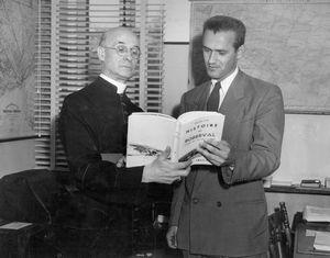 Lancement de l'histoire de Roberval, par Russel Vien. de g. à dr. 1- Chanoine Victor Tremblay, 2- Russel Vien de Roberval