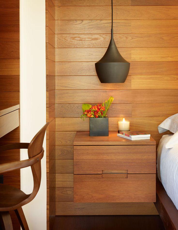Прикроватные тумбочки: 60 идей подчеркиващих шарм вашей спальни http://happymodern.ru/prikrovatnye-tumbochki-60-foto-kogda-vse-neobxodimoe-pod-rukoj/ Подвесная тумбочка в тон с отделкой стены