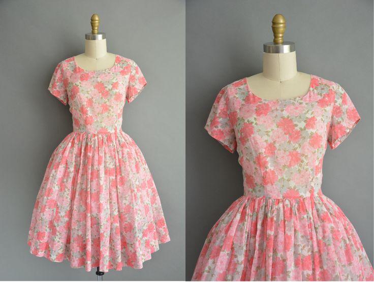 Super leuke vintage jaren 1950 semi pure katoenen jurk met een mooie roze en grijs bloemen afdrukken in de gehele, rond de hals met buste Darten en een gesmoord taille pasvorm, gratis volledige rok, metalen rits sluiting terug.  ✂---M E EEN S U R E M E N T S--- best past: kleine  Bust: 36 Taille: 26 heupen: open fit schouders: 15 wapens: 5.5 totale lengte: 39  materiaal: katoen voorwaarde: uitstekend _______________________________ ☆ Bezoek de winkel ☆ http://www.etsy.com/shop...
