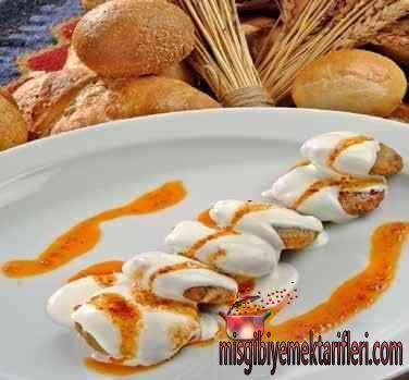 Kızartılmış Ekmek Mantısı Nasıl yapılır ? Kızartılmış Ekmek Mantısı Yapılışı hazırlanışı ve malzeme listesi için lütfen tıklayınız . • 4 dilim bayat ekmek • 2 tane yumurta • 1 tane orta boy kuru soğan • yarım demet maydanoz • 1 çay kaşık tuz • Karabiber, kırmızı biber, 1 çay kaşığı kimyon • Kızartmak için ayçiçeği yağı Üst Malzemesi • 2 su bardağı yoğun kıvamlı yoğurt • 2 diş sarımsak • 1 yemek kaşık tereyağı • Kırmızı toz biber • Bayat ekmekler robotta çekilir. • Karıştırma kabına alınıp…