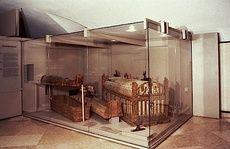 Sarcofago a cassa con coperchio a botte di Usai (Visione generale vetrina)