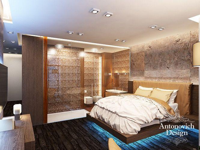 Просторная кровать возвышается на подиуме из натурального дерева, ее укрывают покрывала из тяжелого натурального шелка, а снизу она подсвечена голубой неоновой подсветкой.