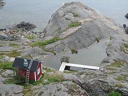 Suomalainen sauna – Wikipedia Perinteisesti saunatilaa on sen puhtauden ja vedenlämmitysmahdollisuuden vuoksi käytetty hyvin monipuolisesti eri tehtäviin, ei ainoastaan kylpemiseen. Entisaikaan saunassa hoidettiin sairaita ja synnytettiin. Kuolleet pestiin kylmässä saunassa. Länsi-Suomessa saunassa on myös valmistettu maltaita.[2]  Pitkään sauna oli myös uudistilojen ensimmäinen asunto, jossa asuttiin kunnes varsinainen pirtti oli saatu rakennettua valmiiksi