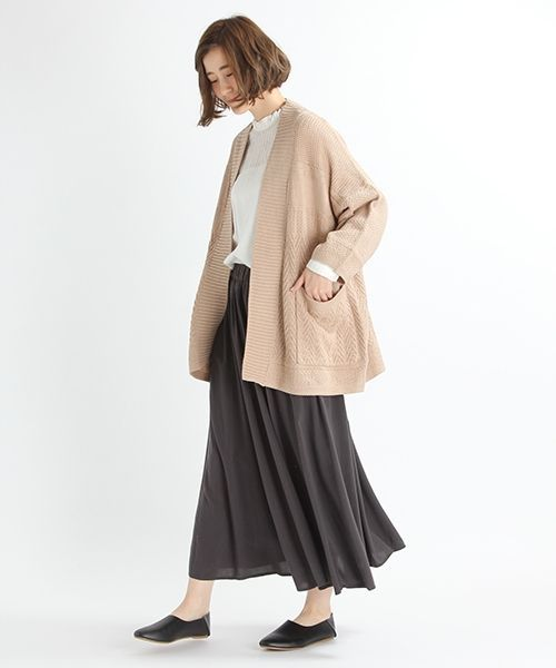 膨らみのある綿アクリルの素材を使用した、オーバーサイズのシルエットが今年らしいニットガウン。 ふっくらとした変化のある編み柄がポイントで、縦に太リブを入れることにより身頃をすっきりと見えるようメリハリを付けました。 軽い着心地のざっくりガウンは、肌寒い時にさっと羽織るには便利な1枚で、春にはコート代わりとして着ていただけます。