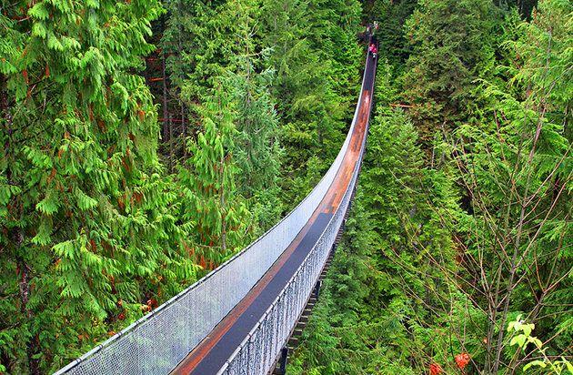 Puente colgante de Capilano- CANADA primera atracción turística de Vancouver abrió en 1889, y ha sido visitantes emocionantes con su puente balanceándose sobre un cañón caída en picado desde entonces. La pasarela se extiende por una de 70 metros de profundo cañón del río que lleva a un parque de actividades lleno de senderos en el bosque y un paseo a través de los árboles gigantes de edad madura. También hay una colección de tótems y una plataforma suspendida transparente conocido como el…