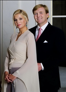 Love her expression: self assured, powerful and royal. the volume of the fabric of her top makes her look more in harmony with the setting. The photograph should however, give a less formal look with Máxima's outfit. Better is for W.A. to be dressed more casual instead of formal.