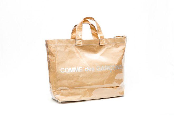 「コム デ ギャルソン(COMME des GARÇON)」のPVCトートバッグが売れている。「コム デ ギャルソン」の定番アイテムとして、2015年の年明けに発売。以降は、売り切れによる追加生産が数回にわたって続いているという。