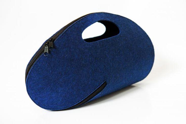 Сегодня мы научимся шить оригинальную сумку-клатч, как у Josh Jakus, известного своими необычными сумками из войлока. Итак, приступим. Размер сумки будет 38х18 см. Нам необходимо: – кусок фетра длиной 0,4 м; – молния длиной 0,95 м; – два бегунка, которые нужно вставить в направлении друг к другу. Выкройка Распечатайте выкройку на бумаге формата А2. Этот формат больше обычного листа в 4 раза, поэт…