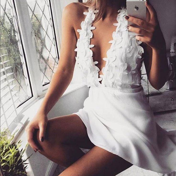 Di sera, di giorni, di pomeriggio, con il sole, con la pioggia... Ci siamo innamorate di questo abito! Disponibile nel colore bianco.
