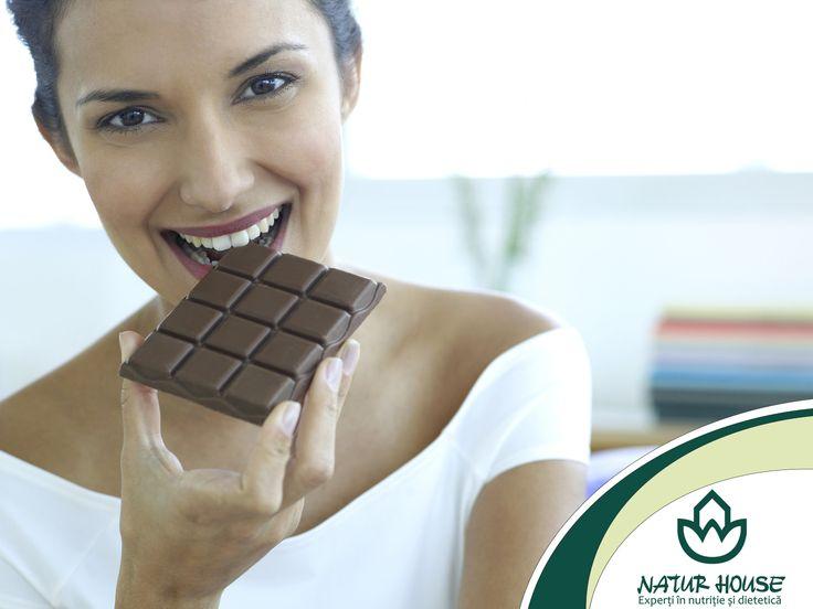 #Ciocolata are o legatura de necontestat cu starea de spirit. S-a observat ca persoanele stresate sau triste tind sa consume mai multa ciocolată pentru a-si imbunatati dispozitia. Nu este nevoie sa renuntati la ciocolata, dar alegeti o ciocolata cu un procent de peste 70% cacao, bogata in antioxidanti, ceea ce va face sa va simtiti mai calmi si mai relaxati.
