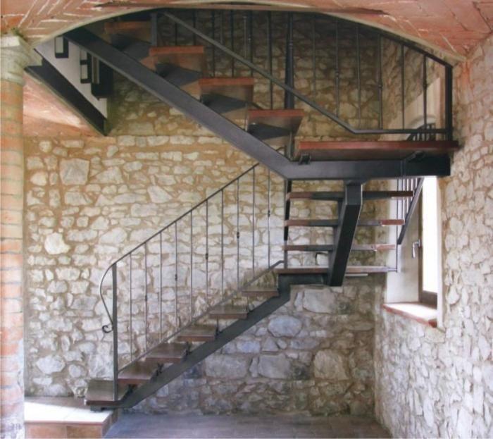 escalier avec limon central en acier laqu garde corps par balustres acier poteaux carr. Black Bedroom Furniture Sets. Home Design Ideas