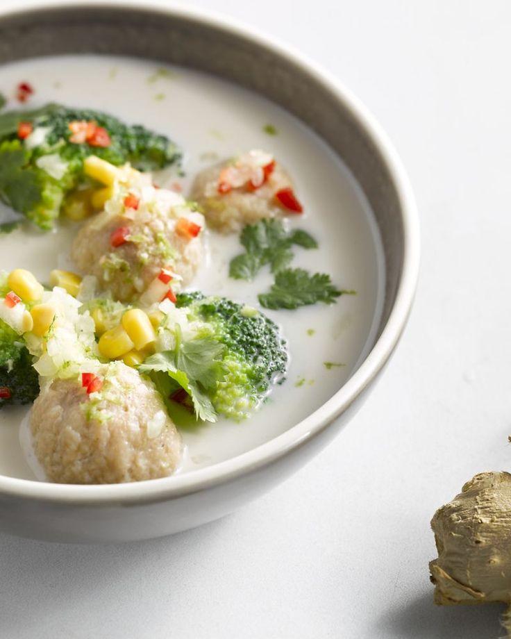 De Aziatische versie van onze tomatensoep met balletjes: een geurige bouillon bomvol groenten met daarbij pittige garnaal- en kalkoenballetjes bij, heerlijk!