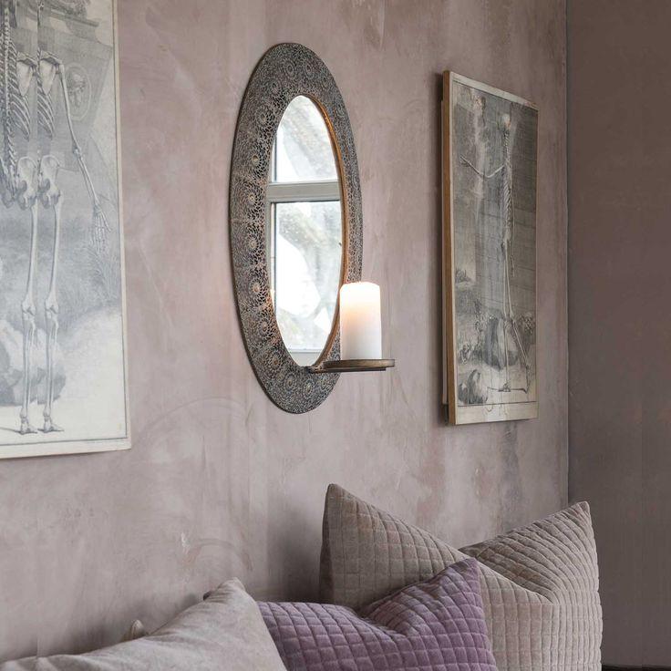 Lättsam vacker spegel med ljushållare för blockljus. Rund spegel i romantisk stil En spegel för hall, sovrum och badrum. Dekorativ med ett tänt ljus som speglar sig i spegelglaset.