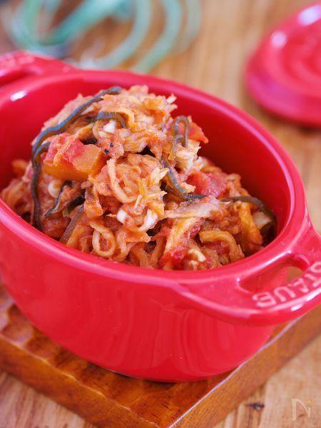 切り干し大根を使った  超簡単激ウマ副菜♪    ストック食材のみで作れる上  フライパンに材料を入れたら  あとは5分ほど蒸し煮にするだけ。    味付けも、コンソメや砂糖は不要!    塩・こしょうだけで  十分うまいっ!!     ツナ・塩昆布・トマトの  旨味の相乗効果をご堪能あれ〜♪     ★フォローやクリップ、そしてメダル送付、ありがとうございます♪励みになっております( ´艸`)★