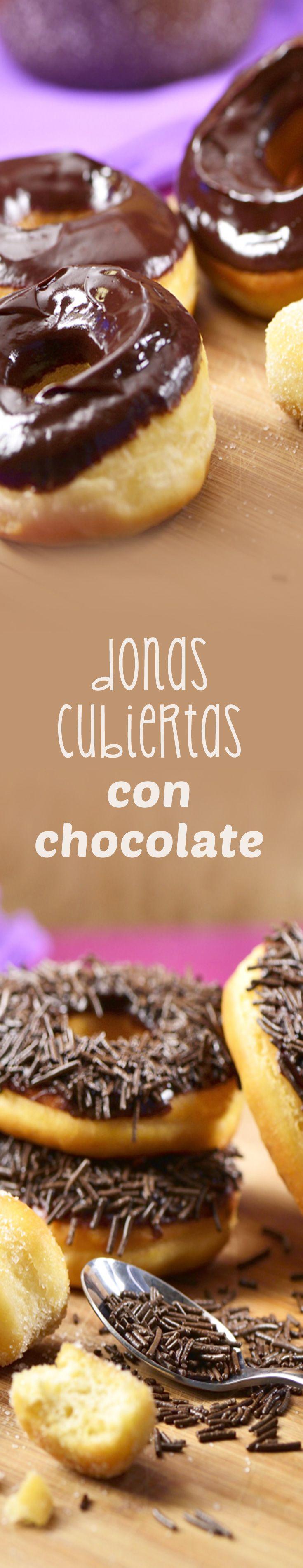 ¡Si quieres la receta de las mejores donas esta es la ideal! La masa es muy fácil de hacer y es dulcecita y muy suave. Decóralas con una rica ganache de chocolate que les da un toque irresistible, y espolvorea con granillo de chocolate, te encantarán.